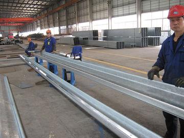 苦境の屋根および側面のクラッディングのための共通使用された C および Z のセクションによって電流を通される鋼鉄母屋