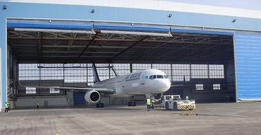 電気巻き上げのドアが付いている単一湾 PEB の鋼鉄航空機の格納庫